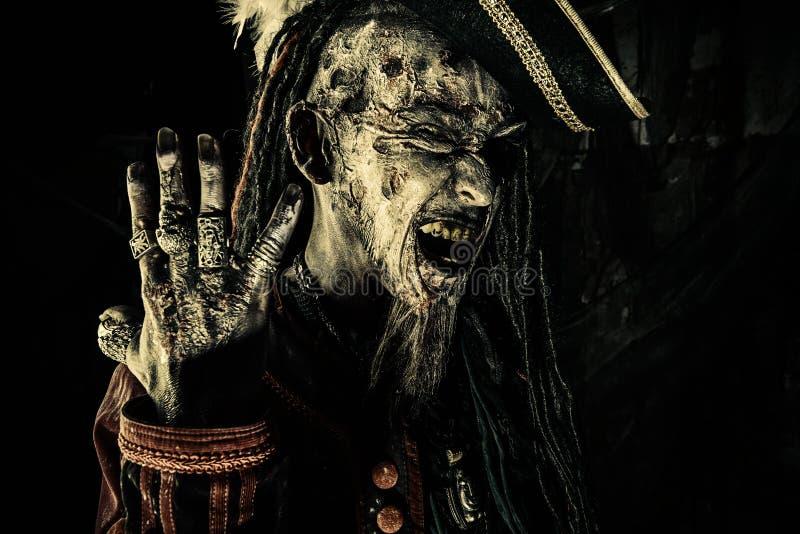 Pirat zeigt Ringe lizenzfreie stockbilder