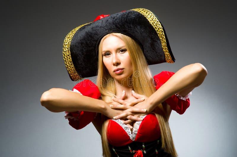Pirata de la mujer contra imagen de archivo libre de regalías