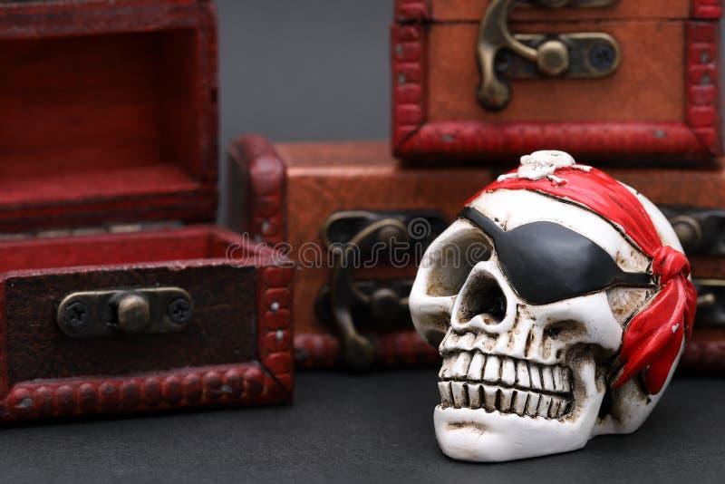 Pirata esquel?tico con el cofre del tesoro fotos de archivo