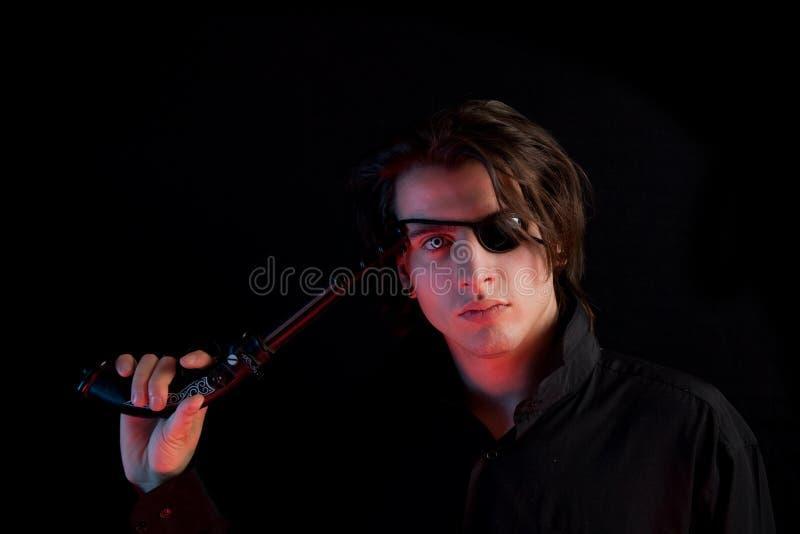 Pirata hermoso con la ojo-corrección y el arma foto de archivo