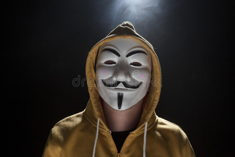 Pirata informático anónimo del activista con el tiro del estudio de la máscara imagen de archivo