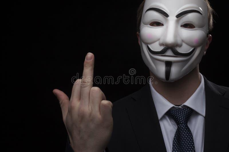 Pirata informático anónimo del activista con el tiro del estudio de la máscara imagen de archivo libre de regalías