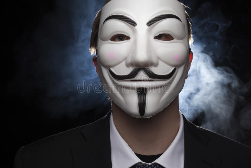 Pirata informático anónimo del activista con el tiro del estudio de la máscara fotos de archivo