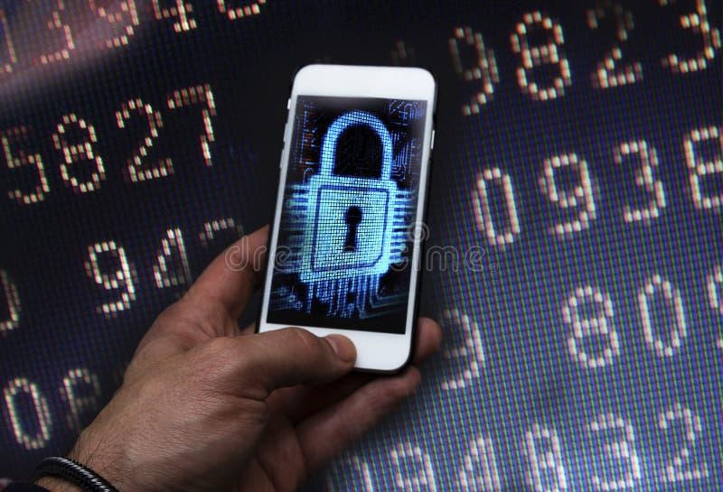 Pirata informático cibernético del crimen que usa el teléfono móvil fotografía de archivo libre de regalías