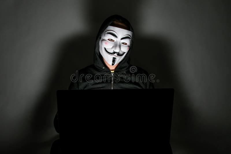 Pirata informático con la máscara anónima imagenes de archivo