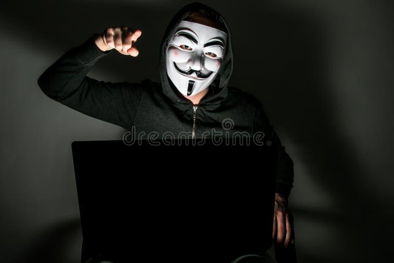 Pirata informático con la máscara anónima foto de archivo