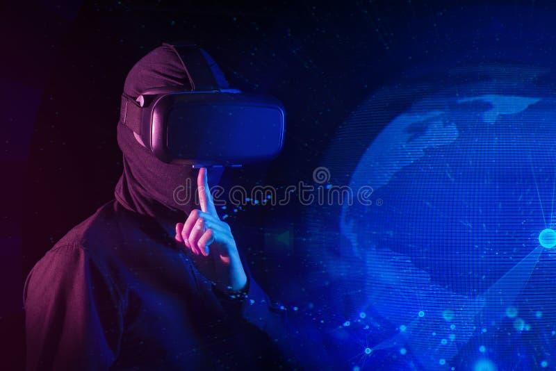 Pirata informático con realidad virtual y la red global de Internet digital de la seguridad fotografía de archivo libre de regalías