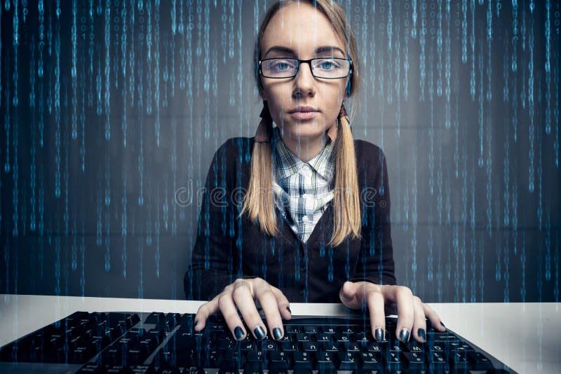 Pirata informático de la muchacha del empollón imagen de archivo libre de regalías