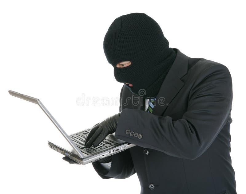 Pirata informático de ordenador - criminal con la computadora portátil fotos de archivo libres de regalías