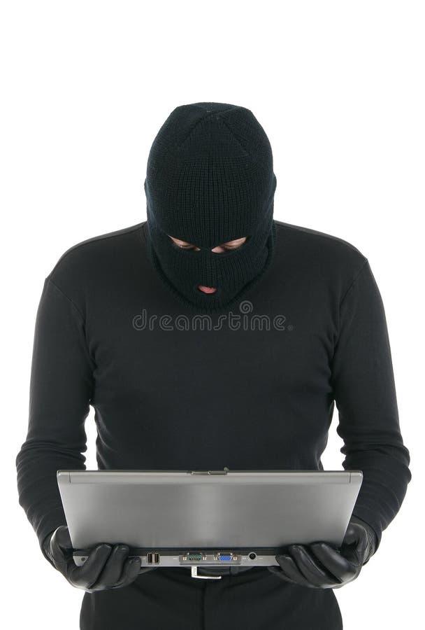 Pirata informático de ordenador - criminal con la computadora portátil imagen de archivo libre de regalías