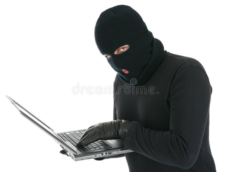 Pirata informático de ordenador - criminal con la computadora portátil fotografía de archivo