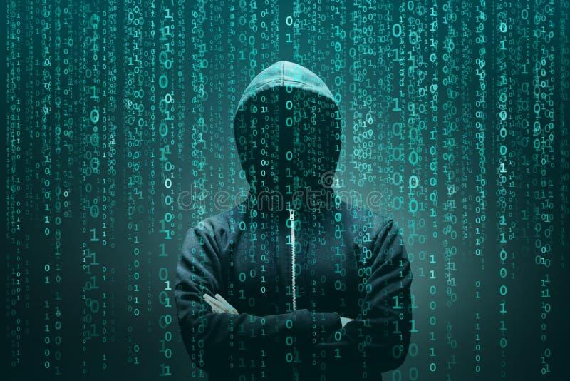 Pirata informático de ordenador en máscara y sudadera con capucha sobre fondo binario abstracto Cara oscura obscurecida Ladrón de stock de ilustración