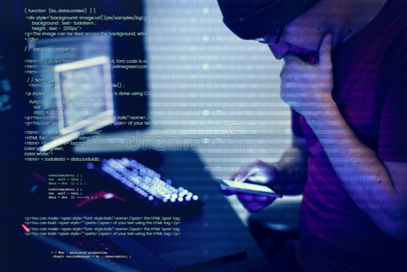 Pirata informático de ordenador que corta para el documento importante imágenes de archivo libres de regalías