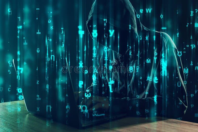Pirata informático de ordenador que trabaja en el ordenador portátil, insectos programados y virus imagen de archivo