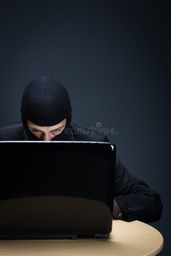 Pirata informático de ordenador reservado imagenes de archivo