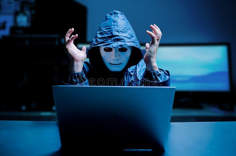 Pirata informático de sexo masculino agotador que grita en un ordenador portátil dañado causado por el virus, ladrón de los datos imágenes de archivo libres de regalías