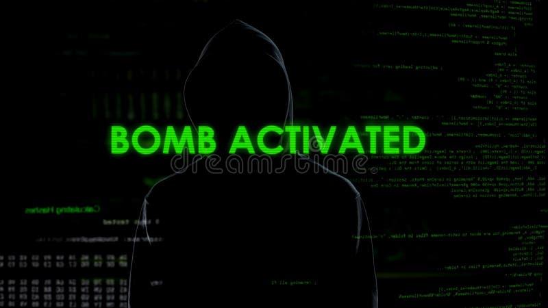 Pirata informático de sexo masculino anónimo que activa remotamente la bomba, terrorismo, concepto cibernético del crimen imagen de archivo libre de regalías