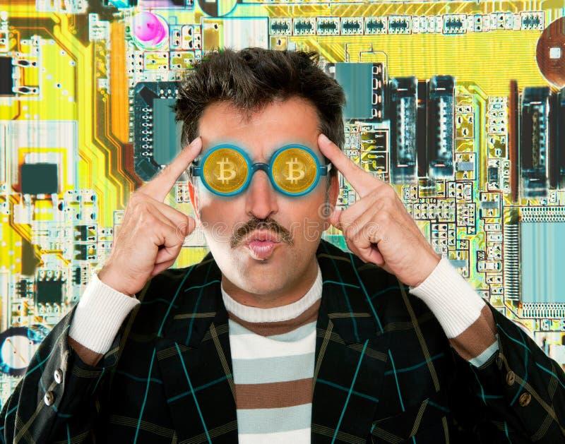 Pirata informático del empollón con los vidrios de Bitcoin BTC en circuito fotos de archivo libres de regalías