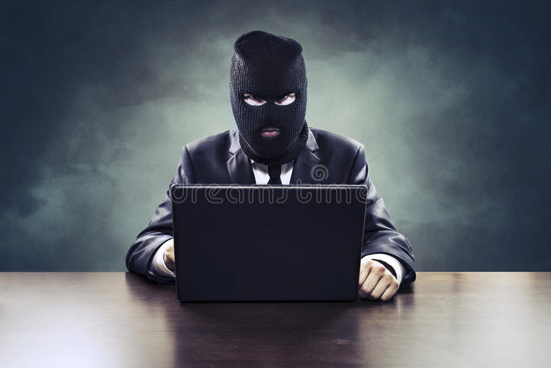 Pirata informático del espionaje del negocio o agente de gobierno que roba secretos foto de archivo