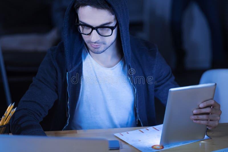 Pirata informático elegante del genio que roba el dinero de tarjetas de crédito fotos de archivo