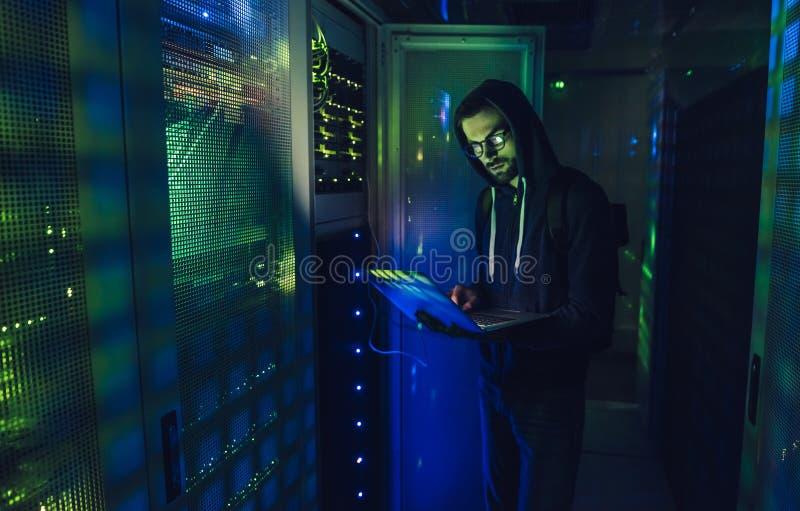 Pirata informático en centro de datos fotografía de archivo libre de regalías