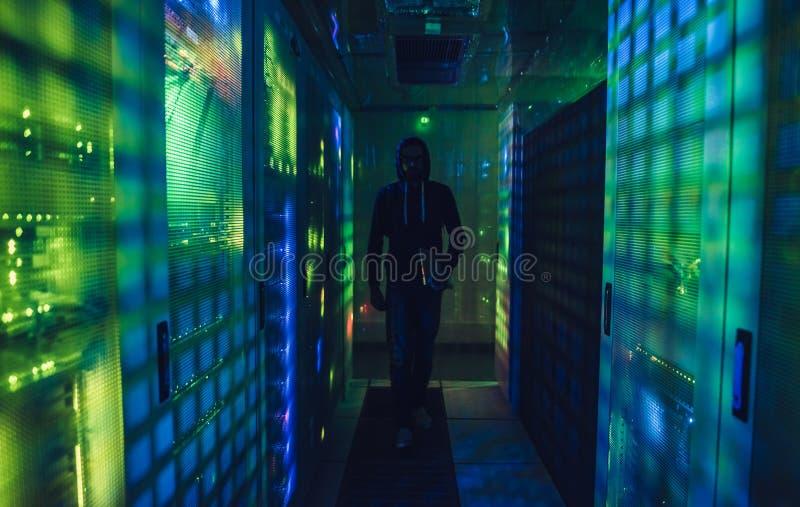 Pirata informático en centro de datos fotografía de archivo