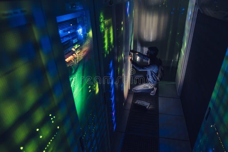 Pirata informático en centro de datos imágenes de archivo libres de regalías