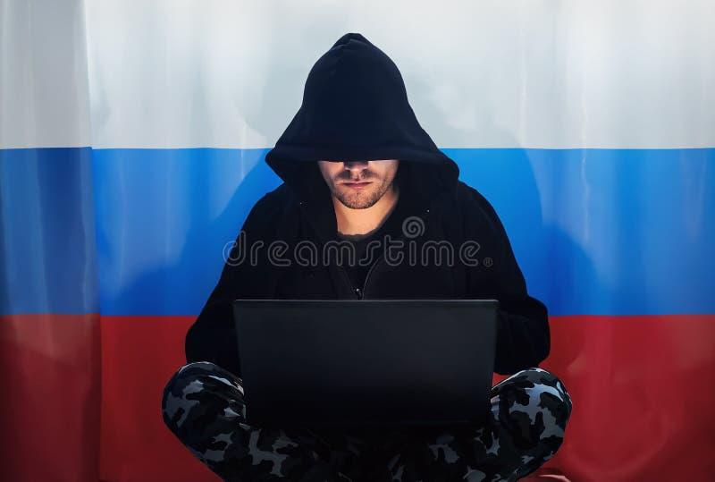 Pirata informático en una sudadera con capucha oscura imagen de archivo libre de regalías
