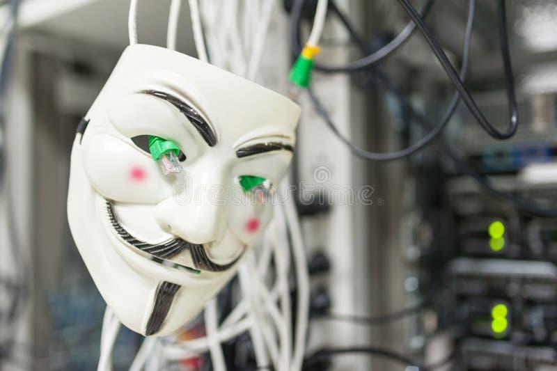 Pirata informático enmascarado en concepto del sitio del servidor del ordenador fotografía de archivo libre de regalías