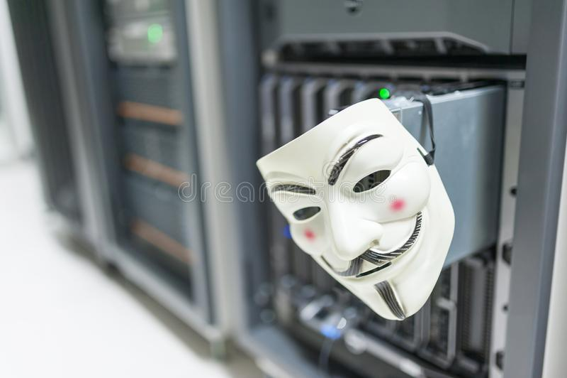 Pirata informático enmascarado en concepto del sitio del servidor del ordenador imagenes de archivo