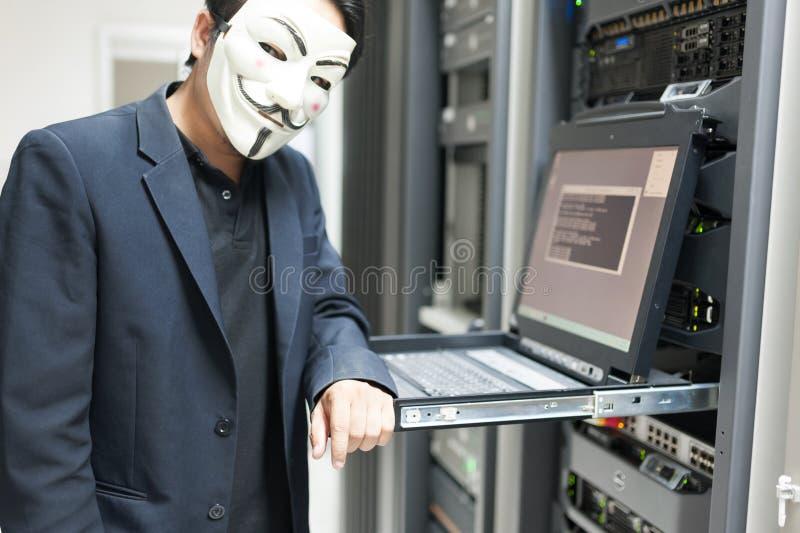 Pirata informático enmascarado en concepto del sitio del servidor del ordenador foto de archivo libre de regalías