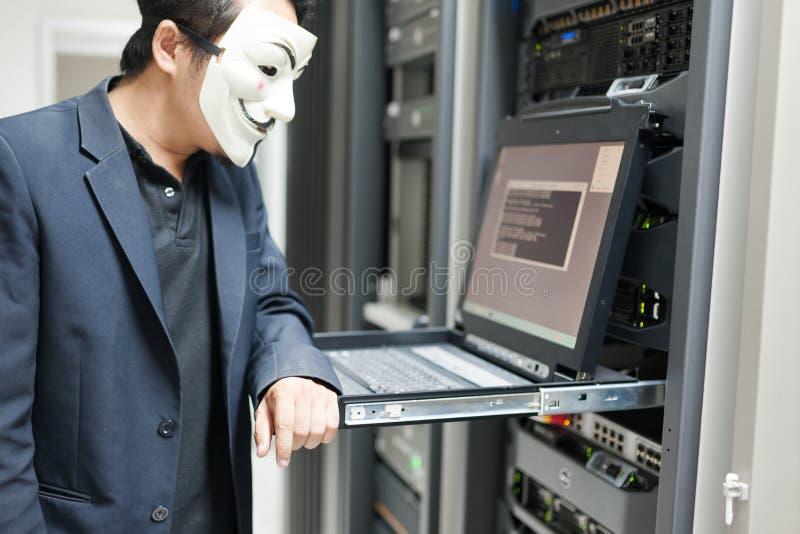 Pirata informático enmascarado en concepto del sitio del servidor del ordenador imagen de archivo libre de regalías
