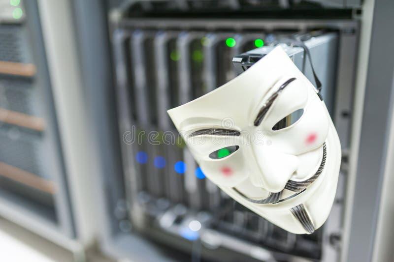 Pirata informático enmascarado en concepto del sitio del servidor del ordenador imágenes de archivo libres de regalías