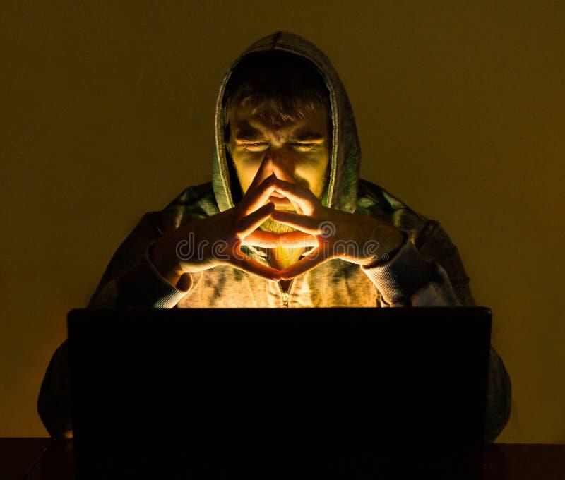 Pirata informático malvado que intenta a la gente del timo en línea imagen de archivo