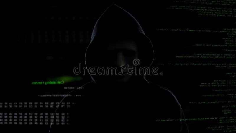 Pirata informático peligroso en la máscara y la capilla negra, terrorismo cibernético y concepto el cortar imagen de archivo libre de regalías