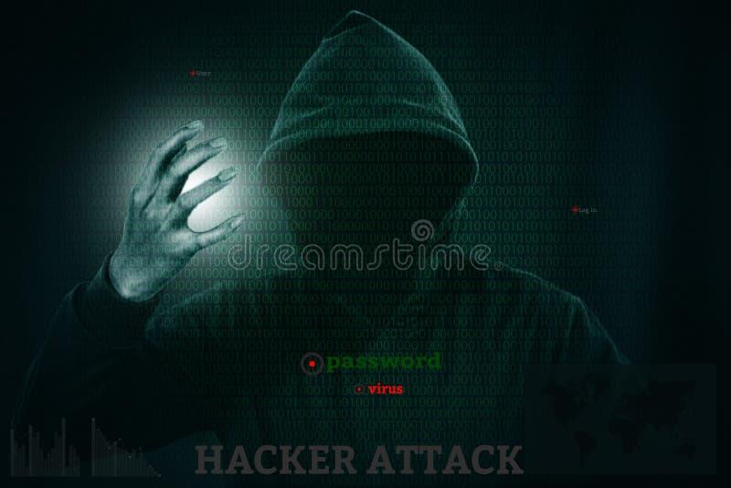 Pirata informático peligroso que roba datos sobre la pantalla con código binario imagen de archivo