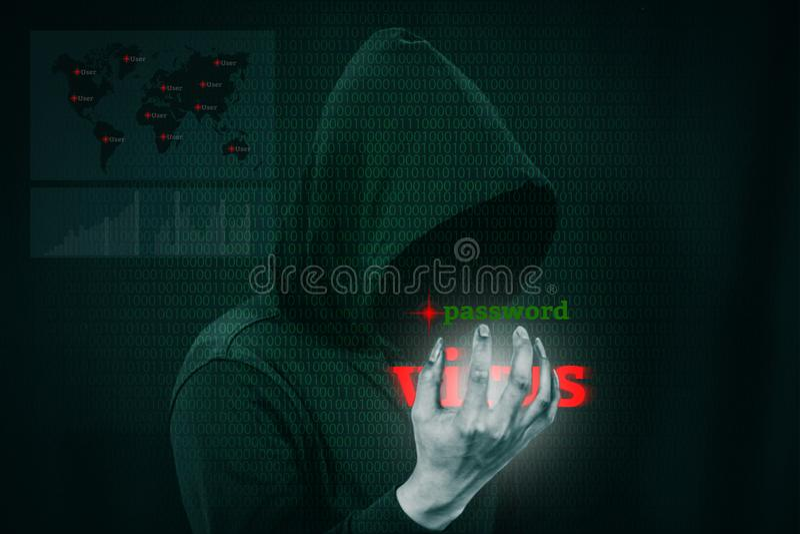 Pirata informático peligroso que roba datos sobre la pantalla con código binario foto de archivo libre de regalías