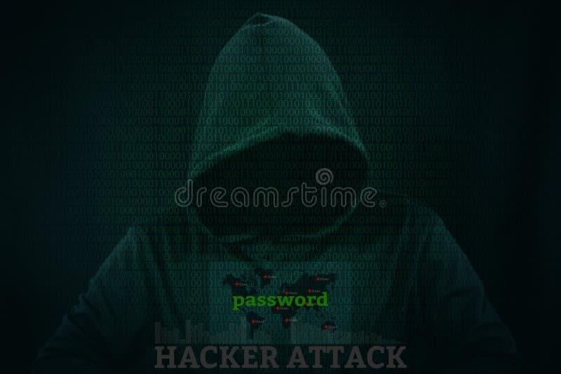 Pirata informático peligroso que roba datos sobre la pantalla con código binario imagen de archivo libre de regalías