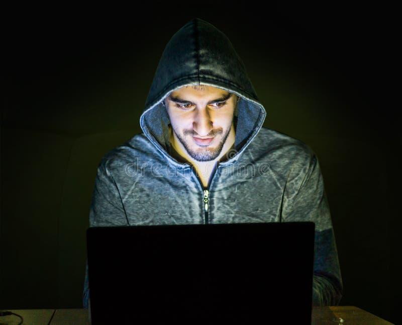 Pirata informático que intenta a la gente del timo en línea foto de archivo