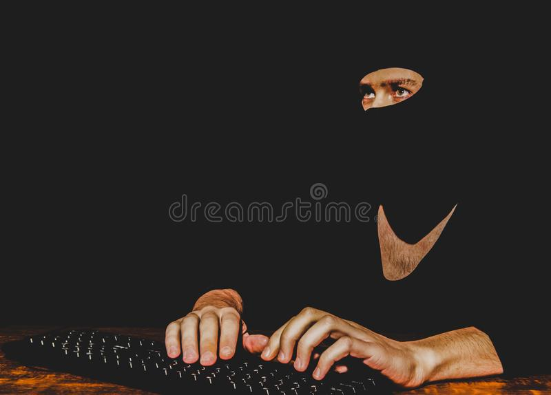 Pirata informático que mecanografía en el teclado imagenes de archivo