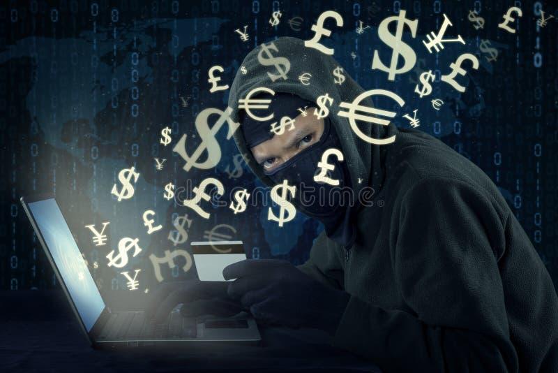 Pirata informático que roba el dinero con la transacción en línea libre illustration