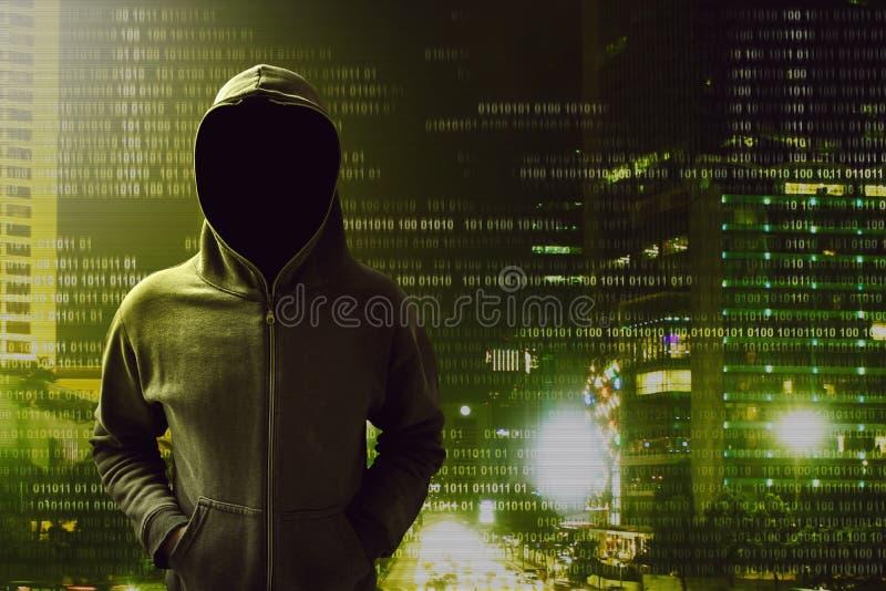 Pirata informático que se coloca sobre una pantalla imagen de archivo