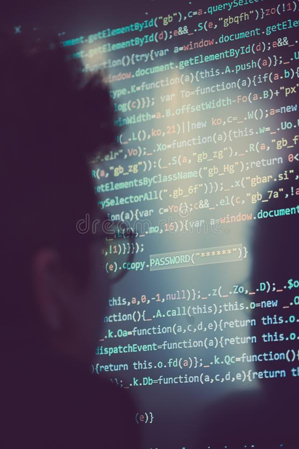 Pirata informático que usa el ordenador, el smartphone y la codificación para robar la contraseña a imagen de archivo libre de regalías
