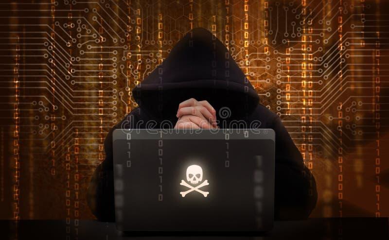 Pirata informático que usa la computadora portátil imagen de archivo libre de regalías