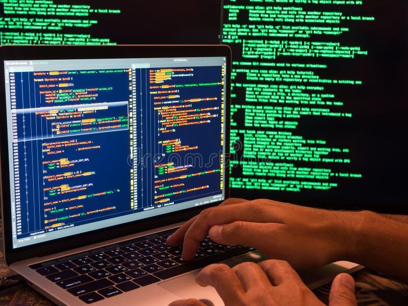 Pirata informático que viola el sistema seguro en ciberespacio usando código malintencionado o programa del virus fotos de archivo libres de regalías