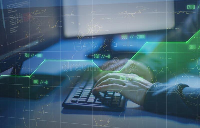 Pirata inform?tico que usa el virus de ordenador para el ataque cibern?tico imágenes de archivo libres de regalías
