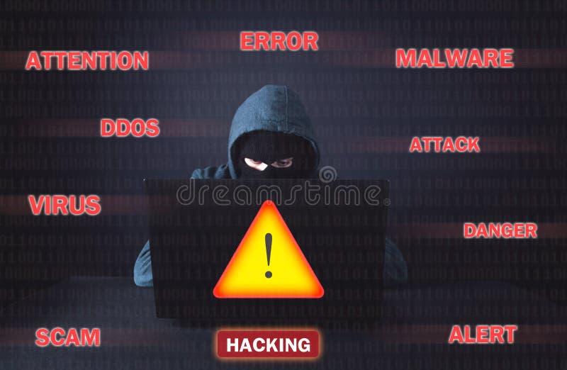 Pirata inform?tico que usa la computadora port?til hacking Crimen cibern?tico imagen de archivo libre de regalías