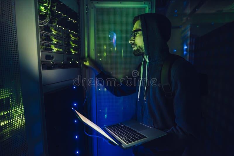 Pirata informatico in centro dati immagine stock