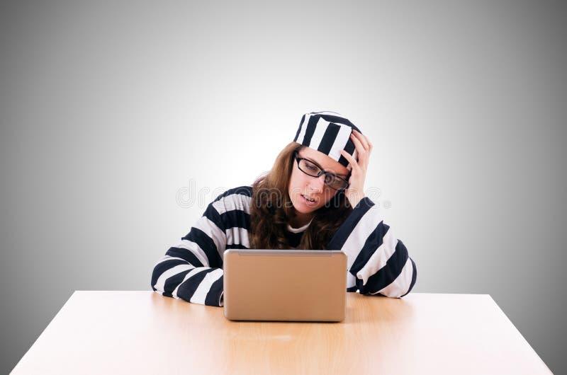 Pirata informatico criminale con il computer portatile sul bianco fotografia stock