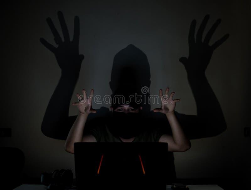 Pirata informatico dell'ombra nello scuro fotografia stock libera da diritti